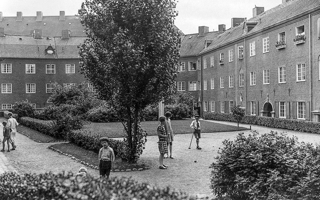 Den gröna innergården i kvarteret Motorn någon gång på 1920-talet. Privat ägo.