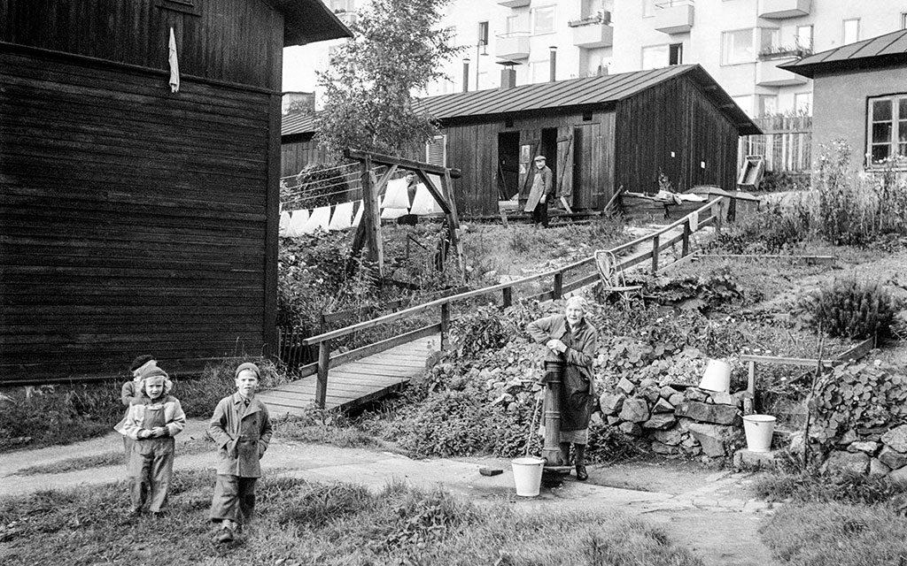Två barn framför nödbostäder