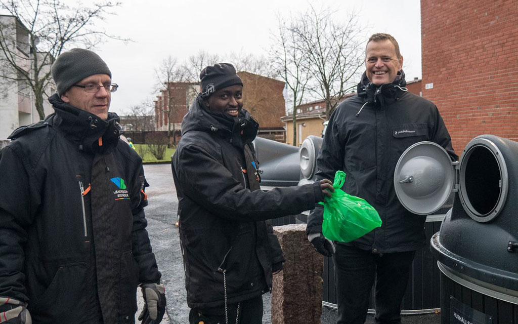 Från vänster Andy Magnusson, fastighetsvärd, Leyli Arab, fastighetsvärd och vd Gunnar Johansson, vid en av Vänersborgbostäders moloker. Foto: Vänersborgsbostäder.