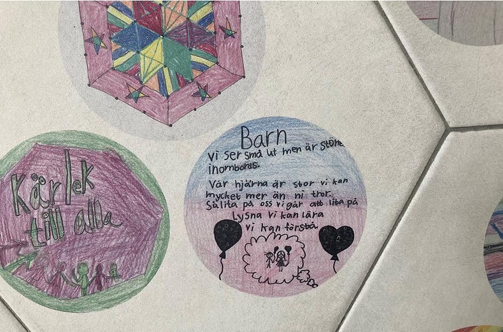 Barnens teckningar, talesätt och andra förslag har bränts in i keramiska plattor som satts upp på väggarna i tunneln.