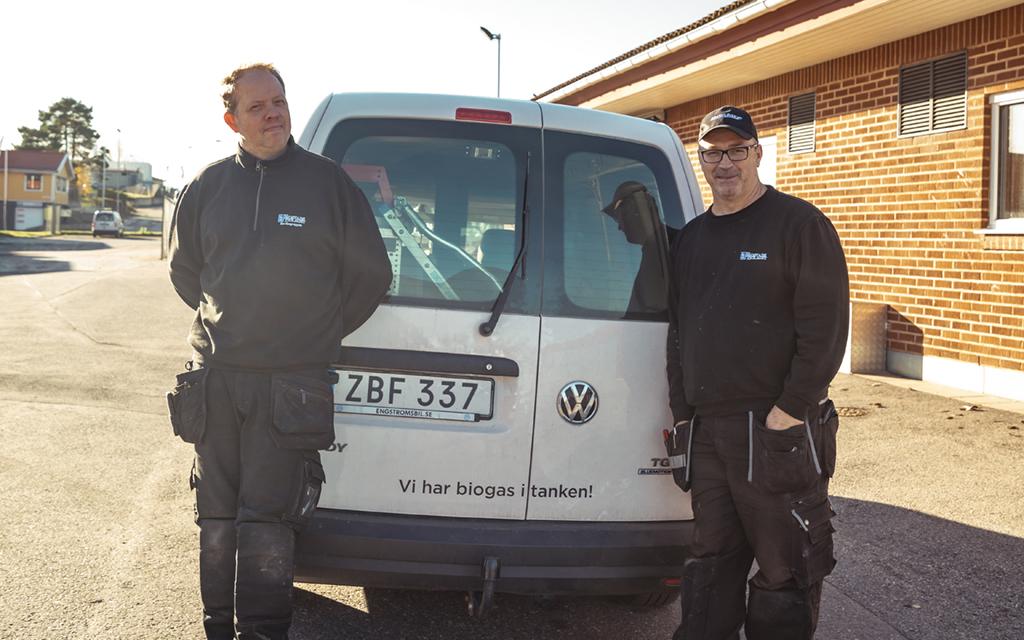 Fastighetsskötarna Gordon och Kent framför Edshöjden. Foto: Västerviks Bostads AB